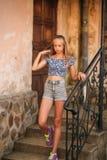 La femelle adolescente dans une heure d'été passent le temps près de l'école d'art Images stock