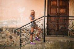 La femelle adolescente dans une heure d'été passent le temps près de l'école d'art Photo libre de droits