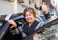 La femelle avec des clés s'approchent de la voiture Images libres de droits