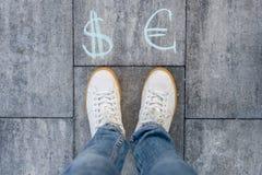 La femelle choisit l'euro ou les symboles dollar Photo libre de droits