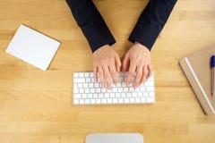 la femelle d'ordinateur remet taper de clavier image stock