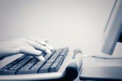 la femelle d'ordinateur remet taper de clavier photo libre de droits