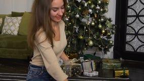 La femelle de blogger de mouvement lent présentent des cadeaux pour la photo banque de vidéos