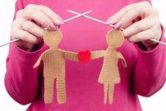La femelle de femme tricote la silhouette de la femme et de l'homme dans l'amour Photo libre de droits