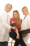 la femelle de médecins soigne le patient Photo stock