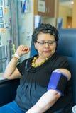 La femelle hispanique attend Pateintly pendant le Chemo Treatment Infusion images stock