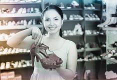 La femelle la montre aux chaussures roses d'été ces choisie dans la boutique Image libre de droits