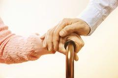 La femelle mûre à l'établissement de soins plus âgé obtient l'aide de l'infirmière de personnel d'hôpital Fermez-vous des mains f Image libre de droits