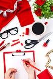 La femelle remet l'écriture contre des objets de femme de mode Photos stock