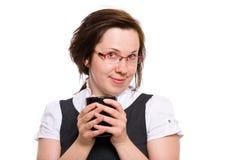 La femelle retient la cuvette de café chaude, tasse, d'isolement Photographie stock libre de droits