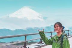 La femelle signale la main avec le mont Fuji sur le fond image libre de droits