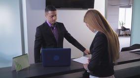 La femelle signe le traité à la banque banque de vidéos