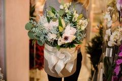 La femelle tient un bouquet avec des roses, eustoma, succulents, eucalyptus Photo stock