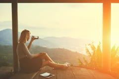 La femelle tire la vidéo au téléphone intelligent, tandis que se repose contre le paysage subtropical Photos libres de droits