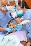 La femme à la chirurgie de dentiste ont la demande de règlement Photo libre de droits