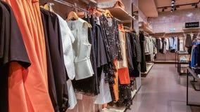 La femme à la mode d'affaires vêtx d'un magasin de boutique à Eskisehir Photo stock