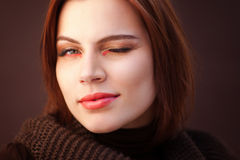 La femme à la mode de ville avec un eye-liner lumineux Image libre de droits
