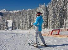 La femme à la montagne d'hiver de vue. Autriche Photographie stock