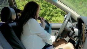 La femme à la roue expose le navigateur au téléphone et commence le Ca clips vidéos