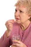 La femme âgée avec des tablettes photos stock
