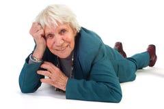 La femme âgée s'étend à l'étage Images libres de droits