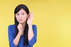 La femme écoutent soigneusement photographie stock libre de droits