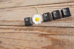 La FEMME a écrit avec des clés de clavier sur le fond en bois Photographie stock