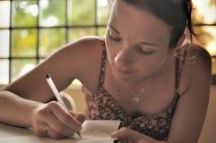 La femme écrit une lettre. photo libre de droits