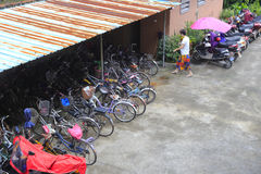 La femme écrivent l'abri de vélo Image libre de droits