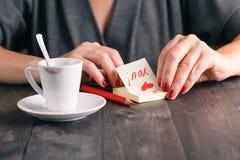 La femme écrivent le message d'amour Photos libres de droits
