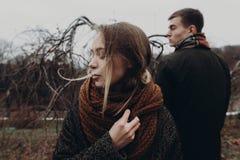 La femme élégante et l'homme de hippie posant en automne venteux se garent sensu Photo libre de droits