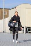 La femme élégante et mince marche sur la rue, Tilburg, Pays-Bas Photo stock