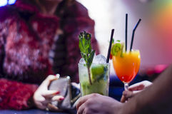 La femme élégante paye des cocktails tandis que barman Serving photographie stock libre de droits