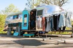 La femme émerge du magasin d'habillement mobile au festival d'Atlanta Photos libres de droits