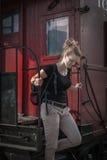 La femme émerge du train historique Image stock
