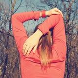 La femme étire son corps supérieur et bras avant d'excercising Photos stock