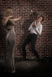 La femme étonnante avec le tir à l'arc a chassé un homme bel Photographie stock libre de droits