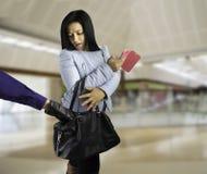 La femme étonne le voleur photographie stock