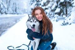 La femme étreint avec le chien de traîneau sibérien, amitié pour toujours Photos libres de droits