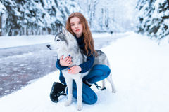 La femme étreint avec le chien de traîneau sibérien, amitié pour toujours Images stock