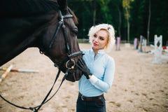 La femme étreint son cheval, amitié, équitation Photographie stock