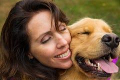 La femme étreint son chien photo libre de droits