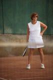 La femme aînée joue au tennis Images libres de droits