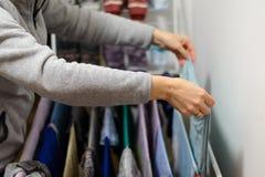 La femme accroche la blanchisserie pour sécher à la maison photo libre de droits