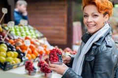 La femme achète des fruits sur le marché en plein air Images libres de droits
