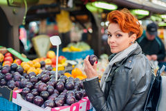 La femme achète des fruits sur le marché en plein air Images stock