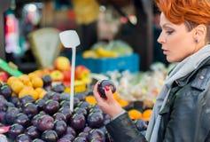 La femme achète des fruits sur le marché en plein air Photographie stock