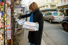La femme achète le journal de Het Laastste Nieuws d'un kiosque à journaux Images stock