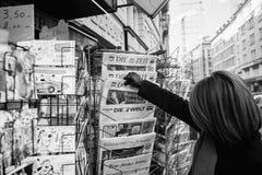 La femme achète un journal allemand de Zeit de matrice d'un kiosque à journaux photographie stock libre de droits