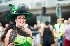 La femme admirablement s'est habillée dans la rétro robe pendant Stockholm Pride Parade Photographie stock